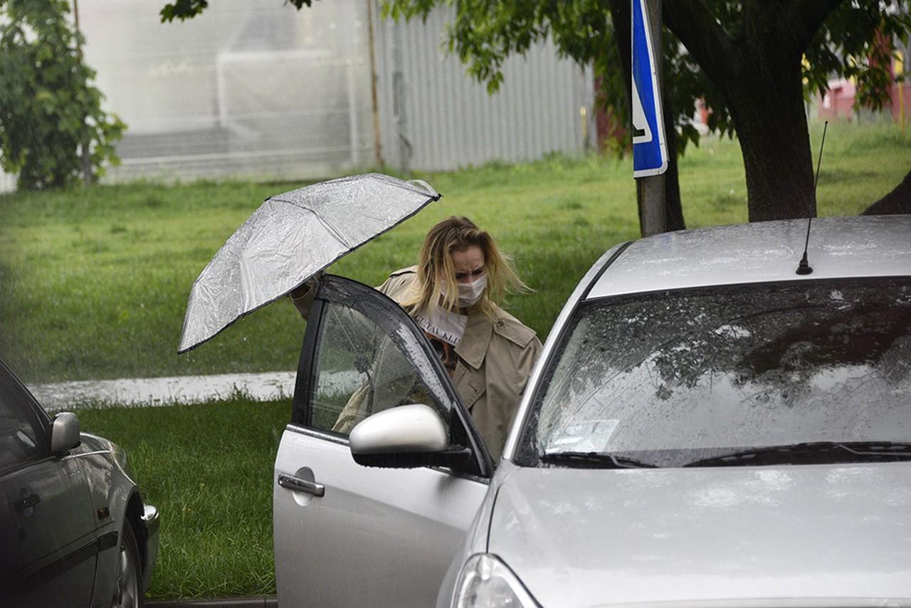 Департамент транспорта рекомендовал москвичам не парковаться возле деревьев из-за грозы
