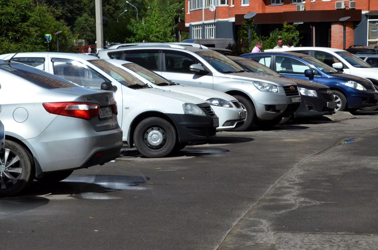 Москвичей попросили не парковать автомобили вблизи шатких конструкций из-за ветра