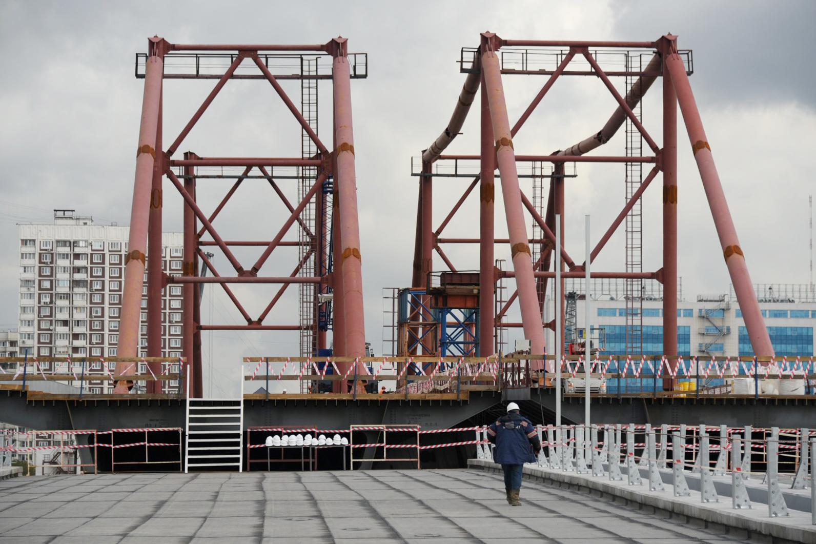 Фундаменты восьми опор моста через затон Новинки построили на юге города