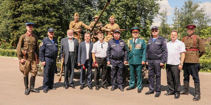Московские спасатели и пожарные поздравляют всех с 76-летием Победы