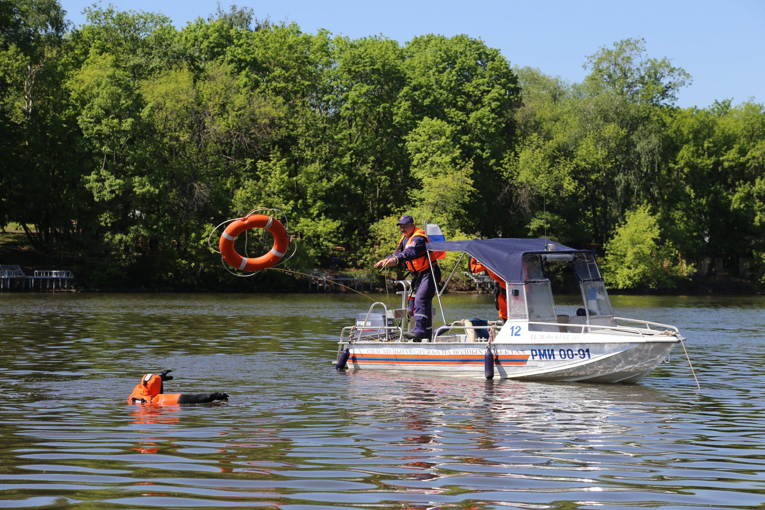 Московские спасатели на воде прошли проверку на готовность летнему сезону