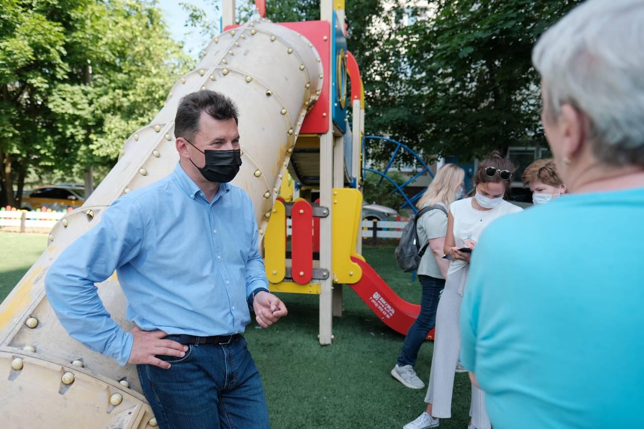 Романенко поддержал жителей Северного Бутова, требующих возврат бесплатной парковки