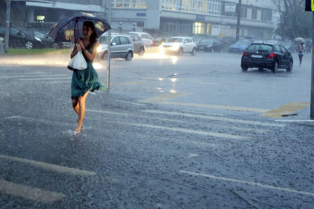 Москвичей ждут дожди и грозы в выходные