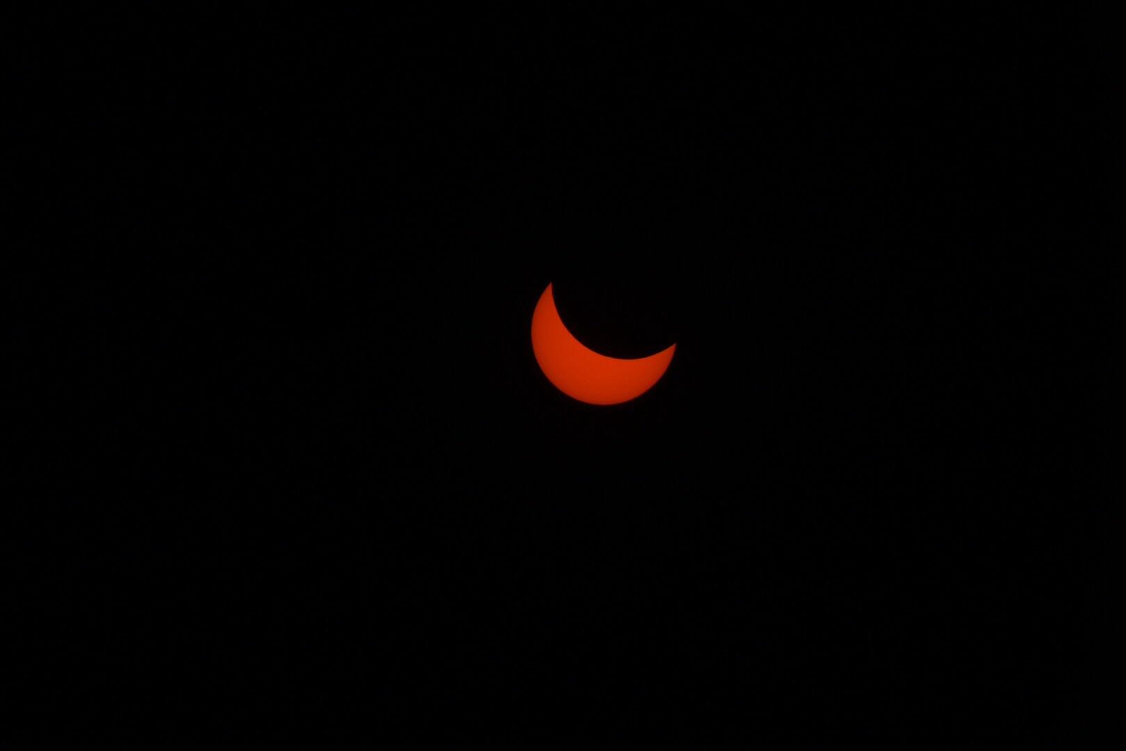 Луна частично затмит солнце в июньском небе