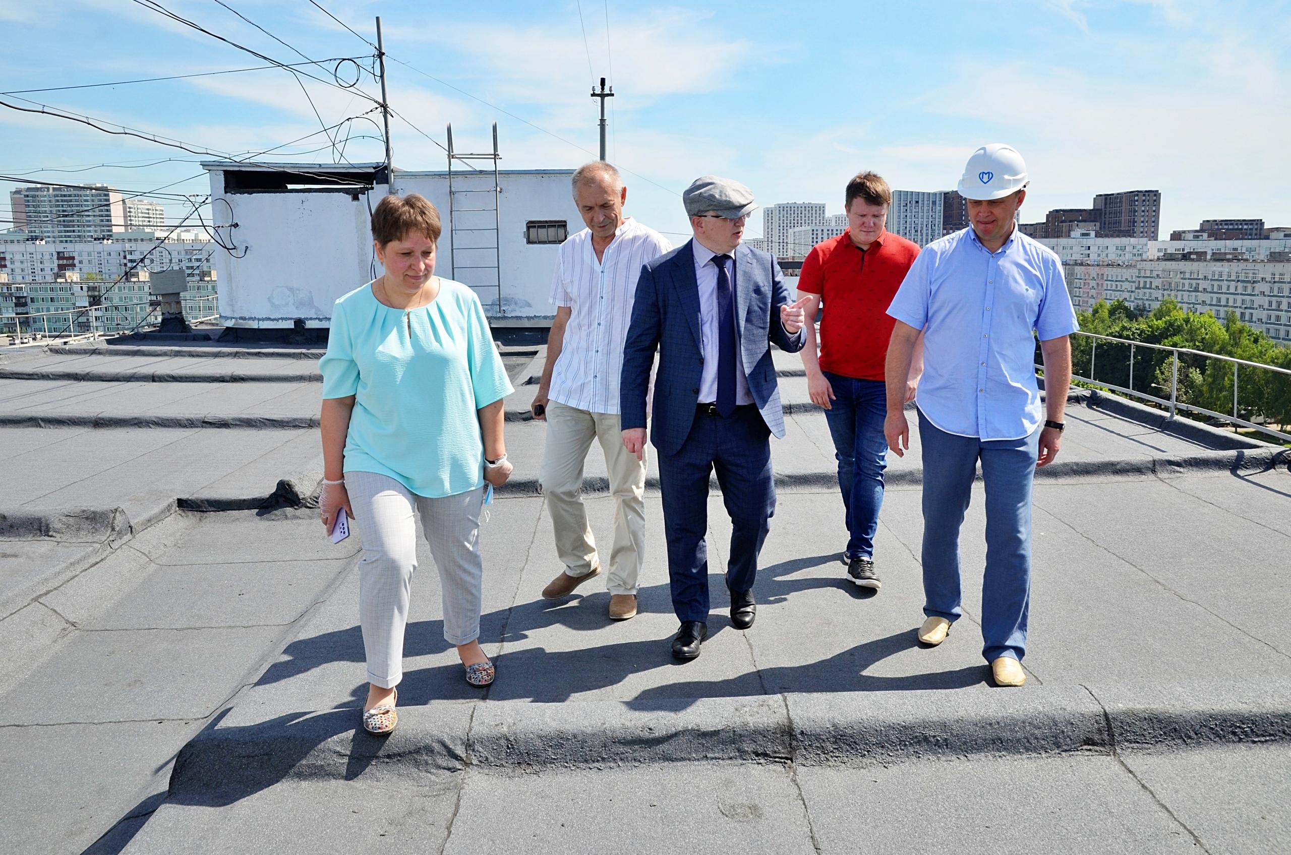 Депутаты проверили кровлю в доме на Домодедовской