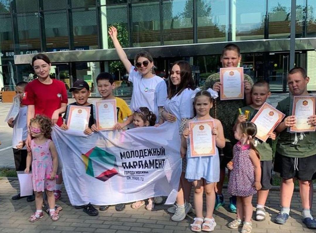 Лето глазами ребенка: конкурс рисунков провели представители Молодежной палаты Царицына