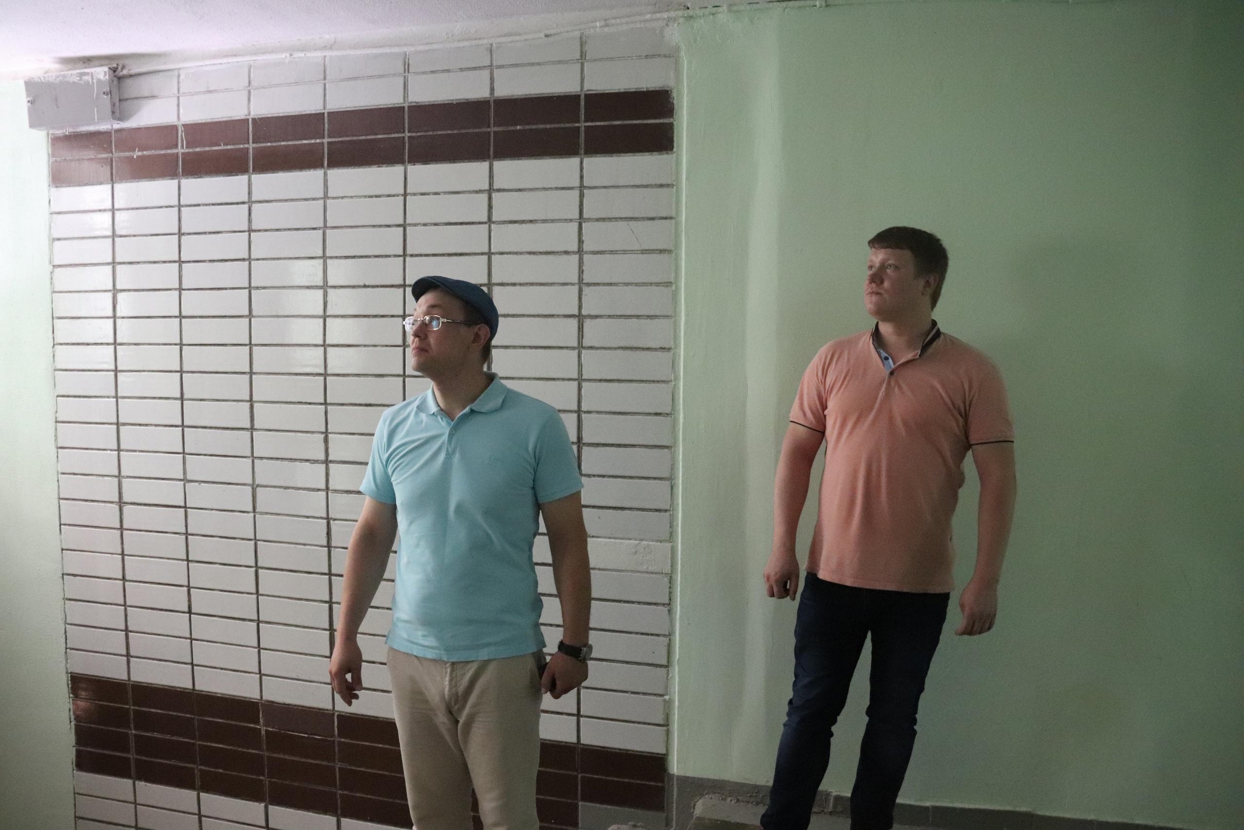 Депутаты и сотрудники «Жилищника» осмотрели ход ремонта дома на Шипиловском проезде