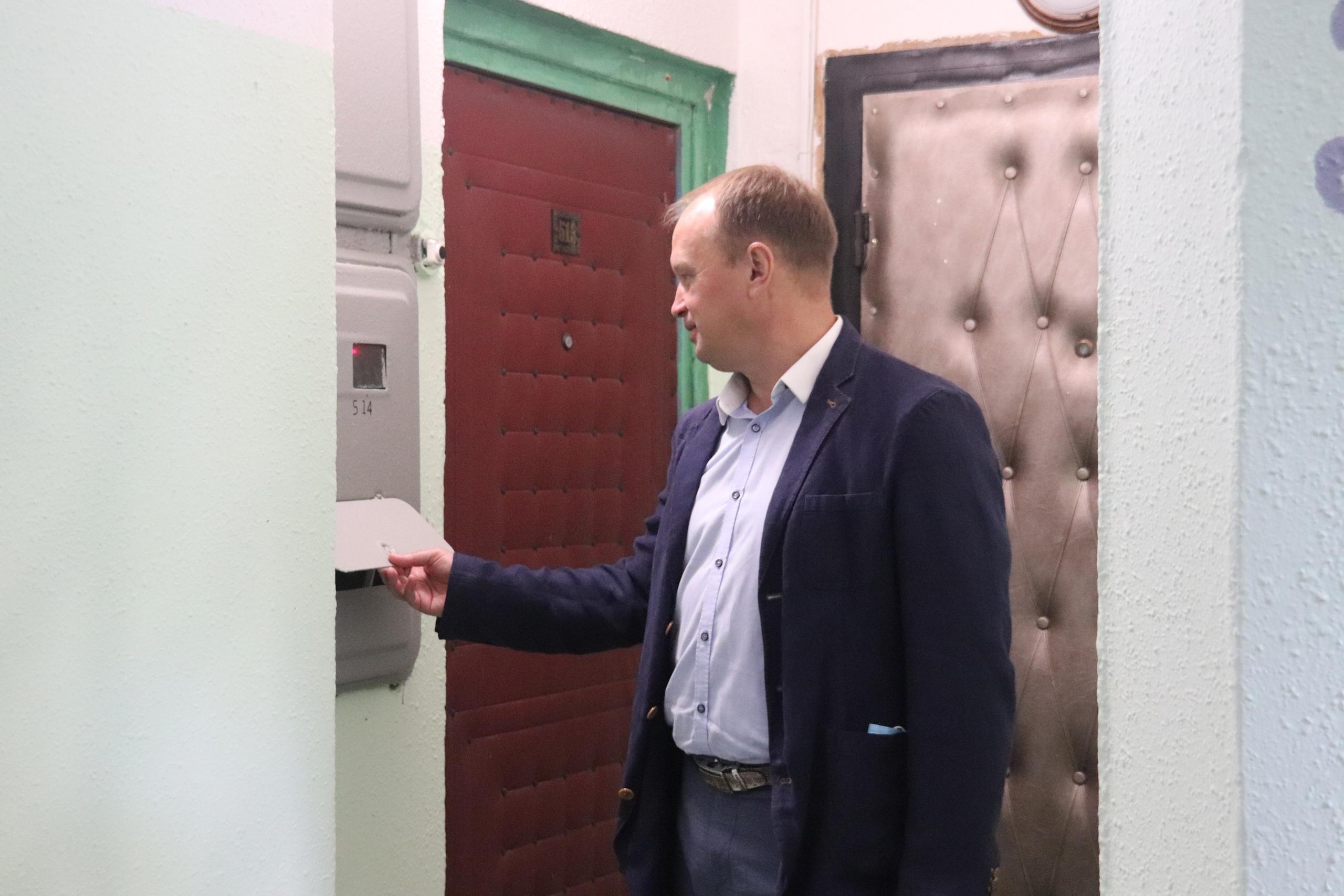 Депутаты осмотрели ремонт подъездов на Шипиловском проезде