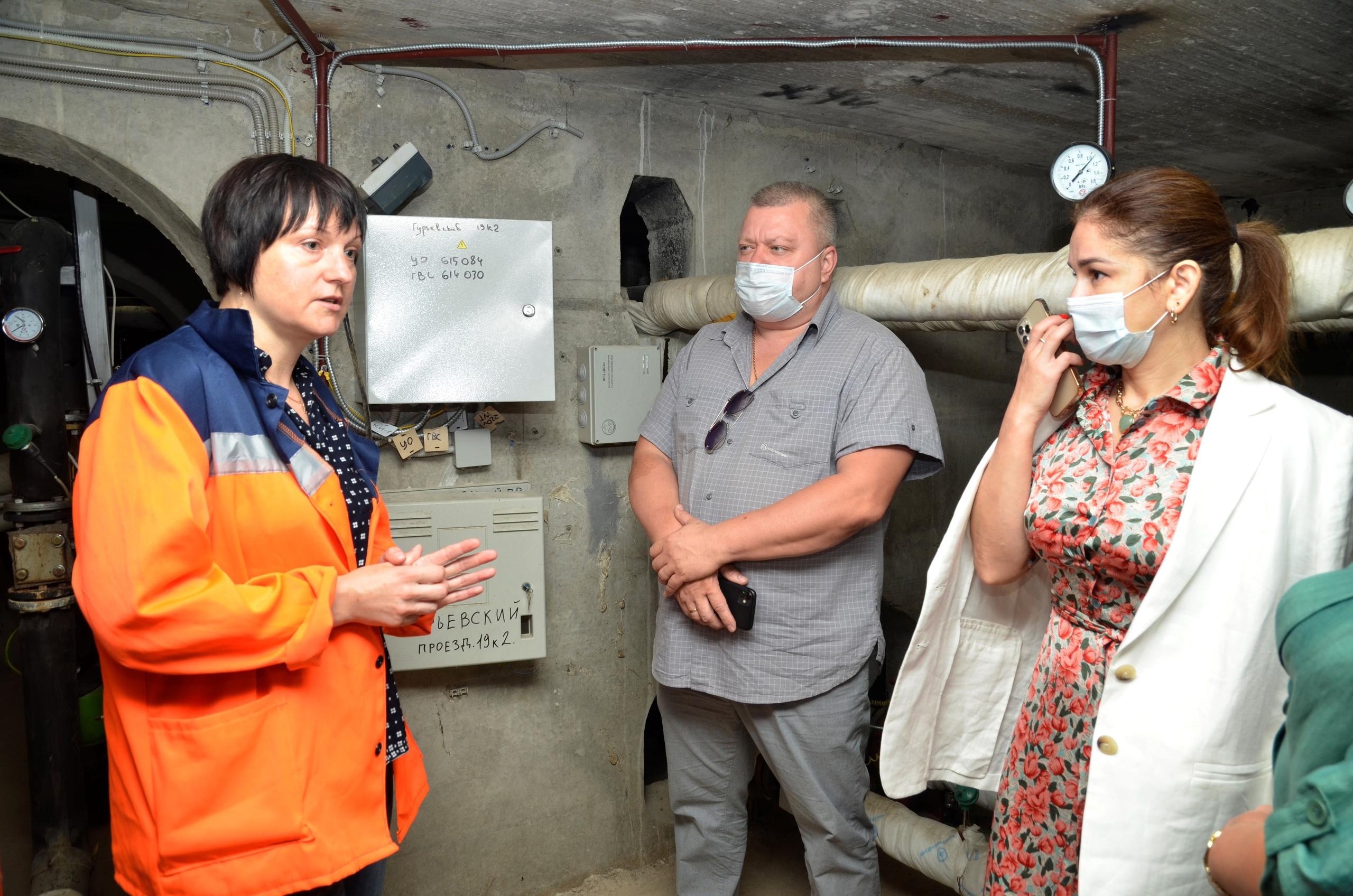Муниципальные депутаты осмотрели узлы учета на Гурьевском проезде