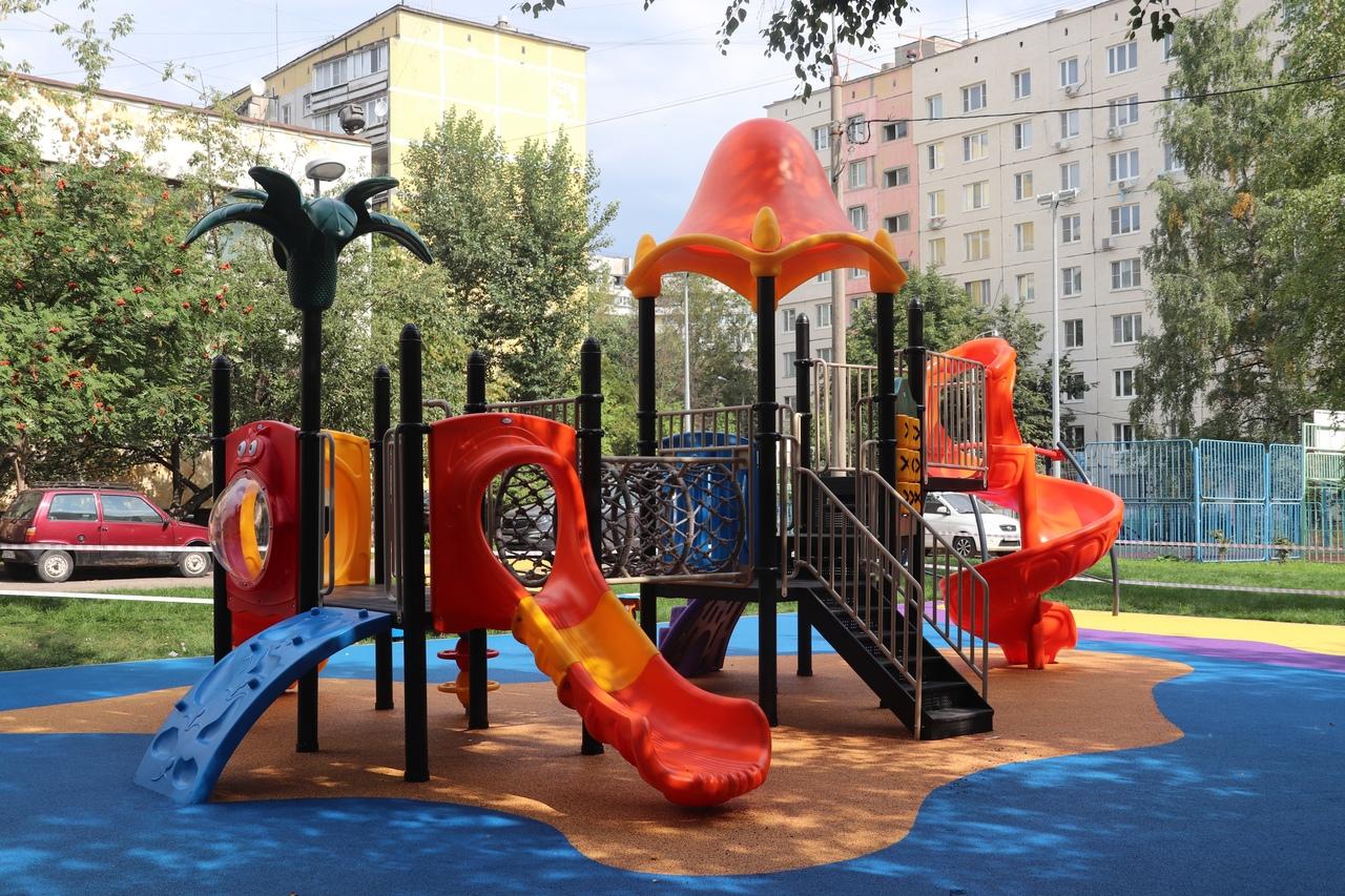 Проверку работ по благоустройству детской площадки провели в Орехове-Борисове Южном