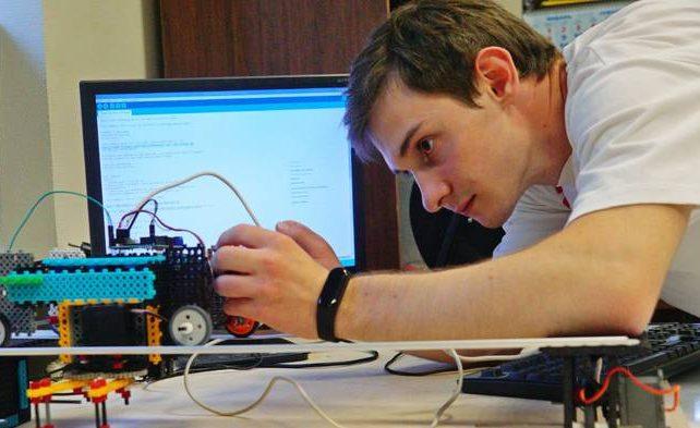 Выпускник лицея №1511 на юге столицы разработал робота-шашиста