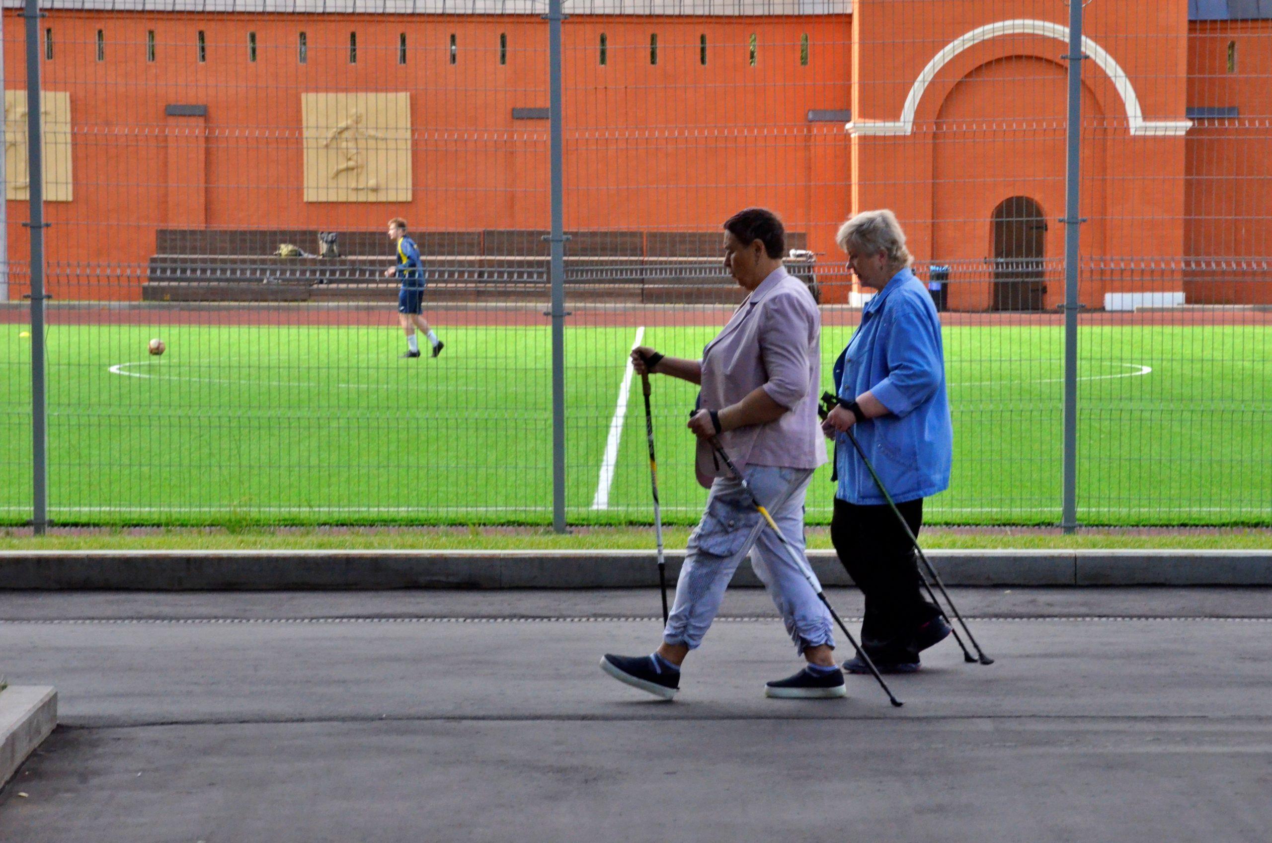 Москвичи снова могут заниматься скандинавской ходьбой в рамках проекта «Московское долголетие»