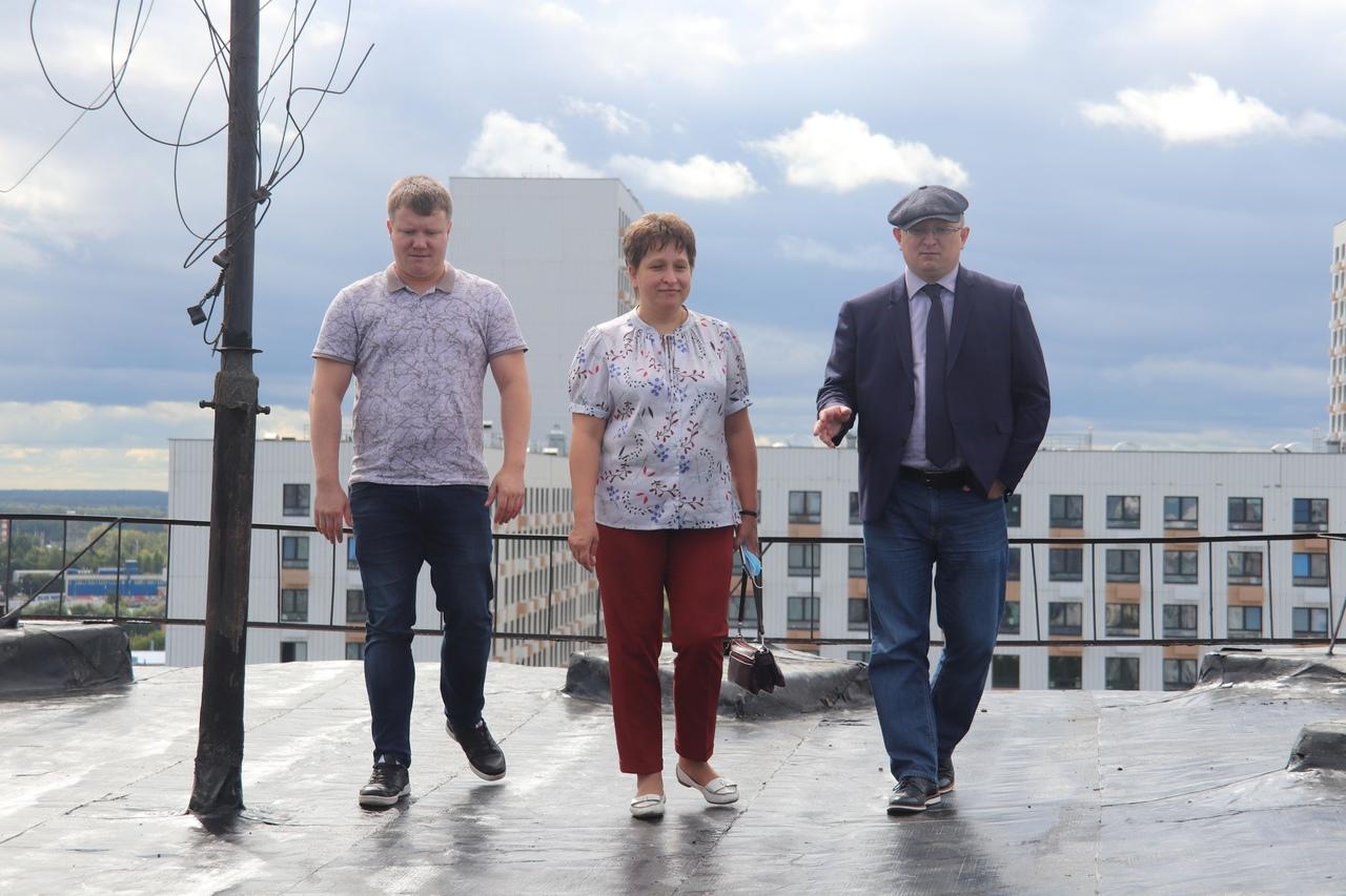 Депутаты провели мониторинг капитального ремонта кровли дома на улице Генерала Белова