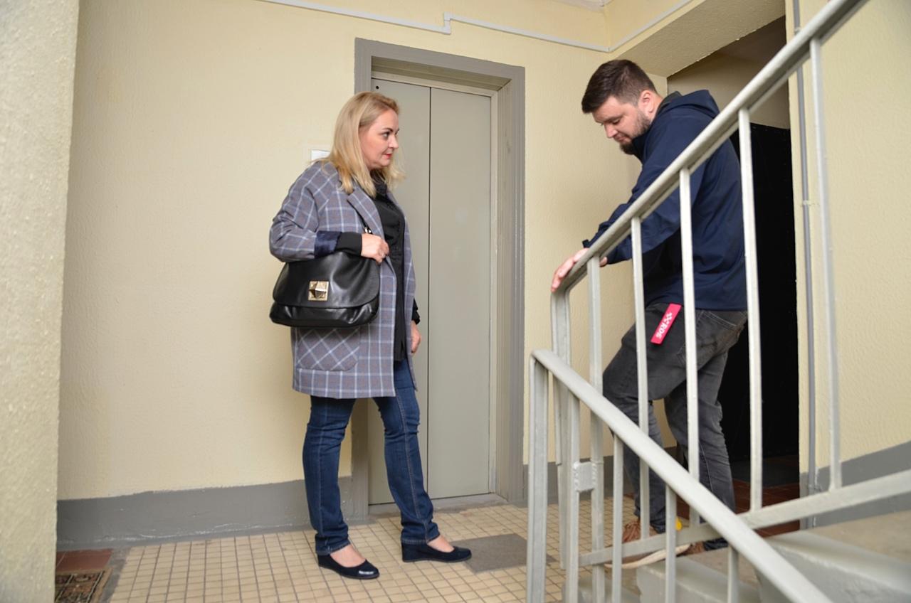 Муниципальные депутаты оценили результат планово-текущего ремонта подъездов в доме на Ясеневой улице