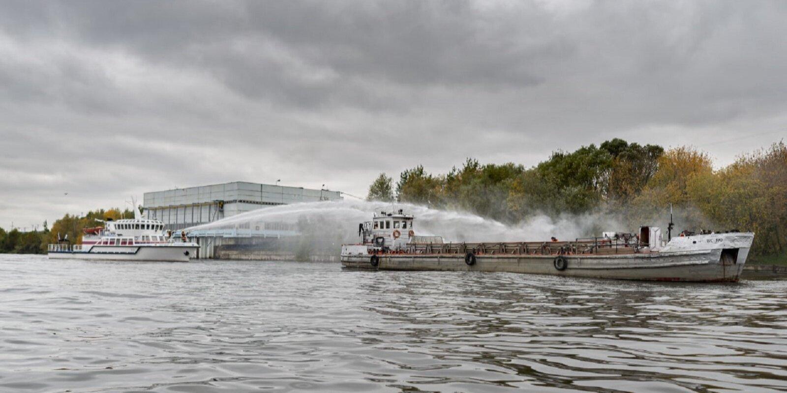 Оперативные службы провели учения по ликвидации последствий разлива нефтепродуктов на Москве-реке