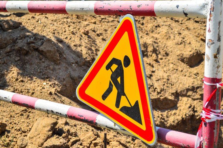Специалисты заделали ямы на двух улицах Нагатинского Затона