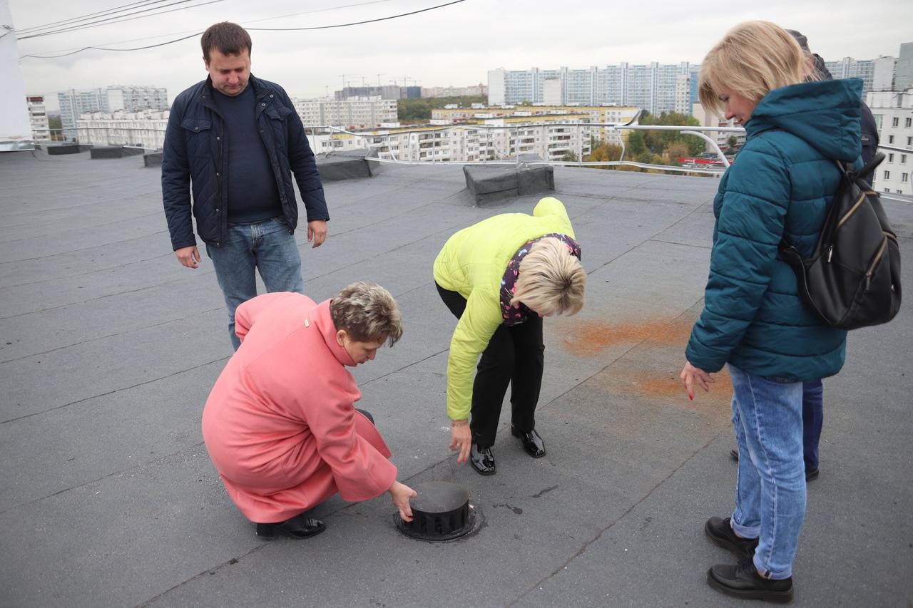Дополнительный контроль качества кровельного покрытия организовали на Ясеневой улице