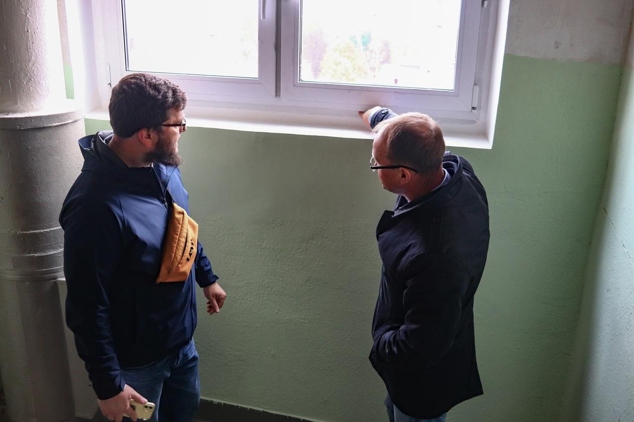 Мониторинг работ по установке пластиковых окон провели в жилом доме на Ореховом бульваре